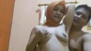 Bercumbu Mesra Sama Cewek Hijab