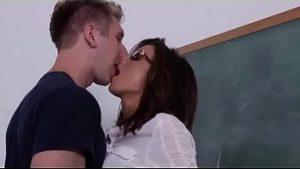 Pelajaran Tambahan Dari Guruku Yang Sexy